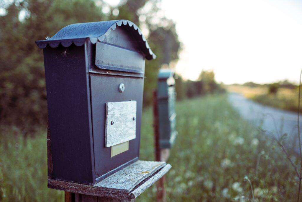 Informativa mailing commerciale - cassetta della posta vintage in campagna