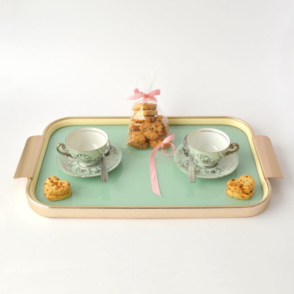 Informazioni sui cookie: immagine con l'altro tipo di cookie, viene mostrato un vassoio con tazze da tè e biscotti